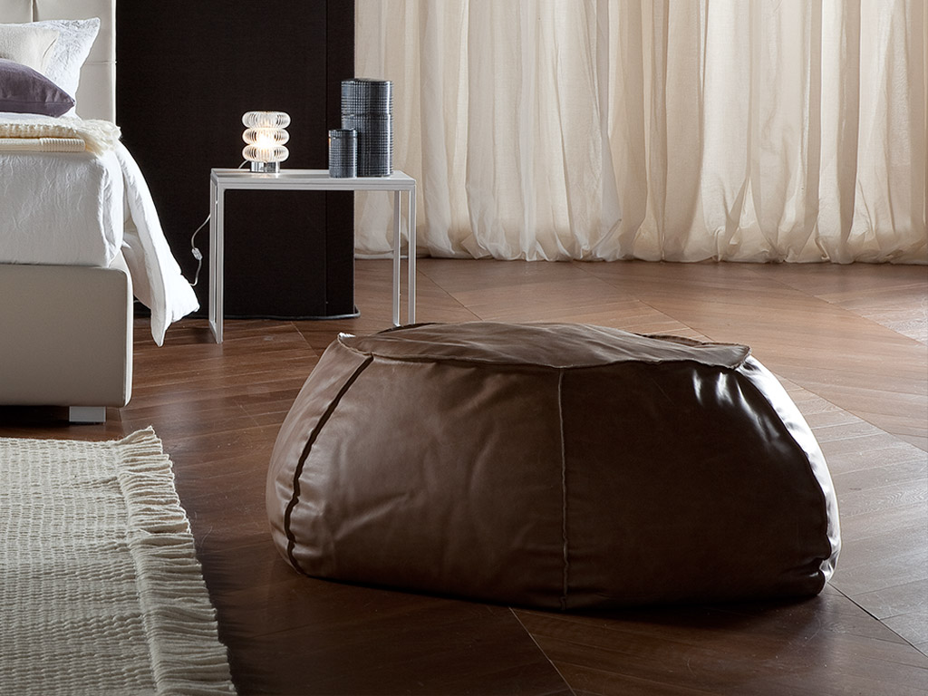 Pouf Design Pelle.Letto Imbottito Rivestito In Ecopelle Cloe By Chaarme Chaarme